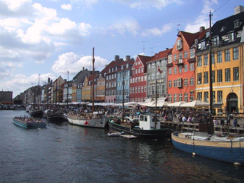 Stadtteil Nyhavn mit seinen farbenfrohen Giebelhäusern aus dem 18. und 19. Jahrhundert.