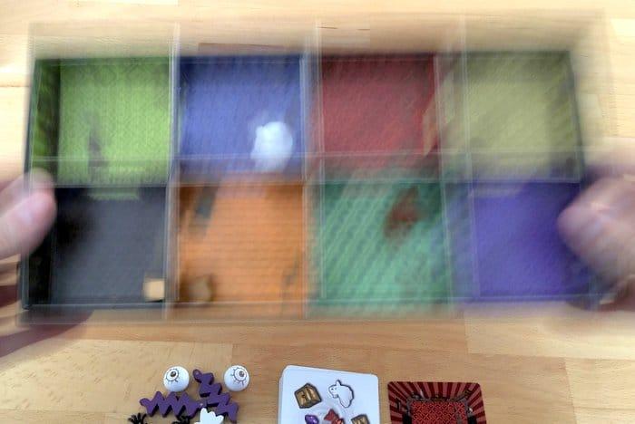Schüttelt eurer Spielschachtel, bis alle Objekte im passenden Raum angekommen sind.