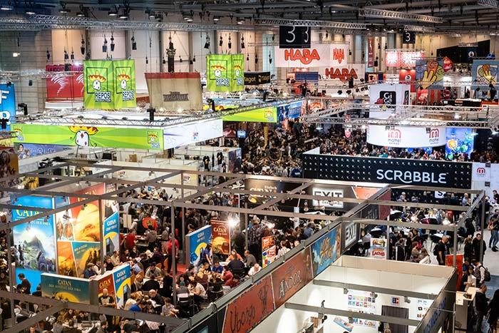 Überblick über eine Halle von oben. auf der Spielemesse SPIEL in Essen.
